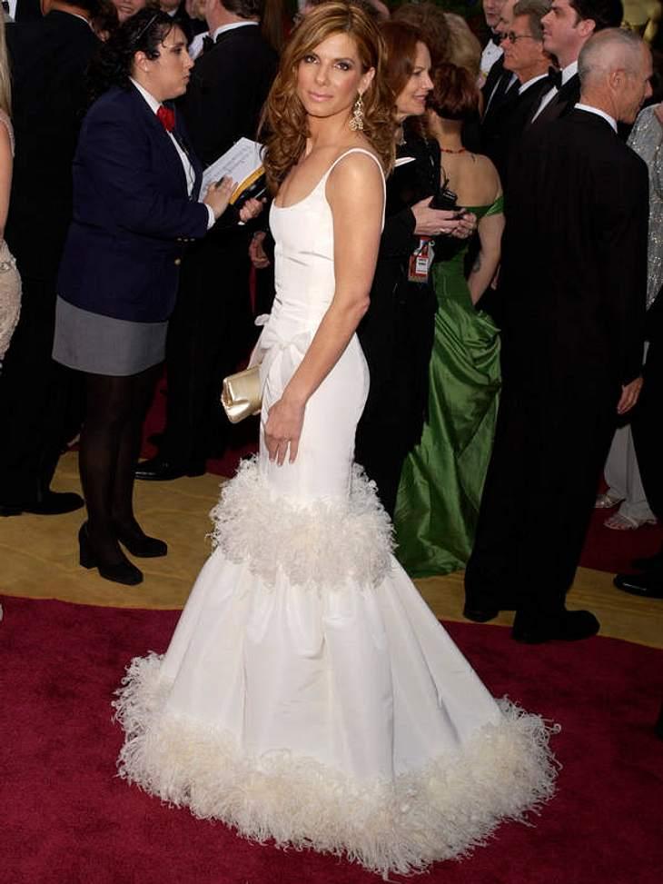 Doch dann kam Oscar de la Renta! Der Meister der großen Roben rettete Sandra Bullock mit diesem weißen Fusel-Fummel aus ihrem Kleiderschrank-Chaos! Nur den Selbstbräuner sollte sie noch weglassen...