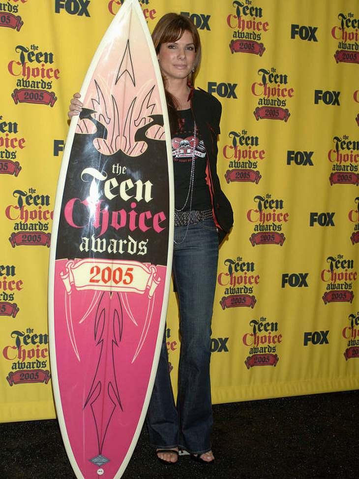 Miss Locker-und-Lässig: für die Teen Choice Awards 2005 zeigte sich Sandra Bullock im rockigen Jeans-trifft-Lederjacke-Look.
