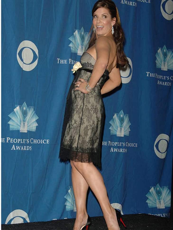 """Bei den People's Choice Awards 2006 gewann Sandra Bullock nicht nur den Preis als """"Beliebteste Schauspielerin"""", sie kokettierte auch im sexy Lingerie-Kleidchen."""