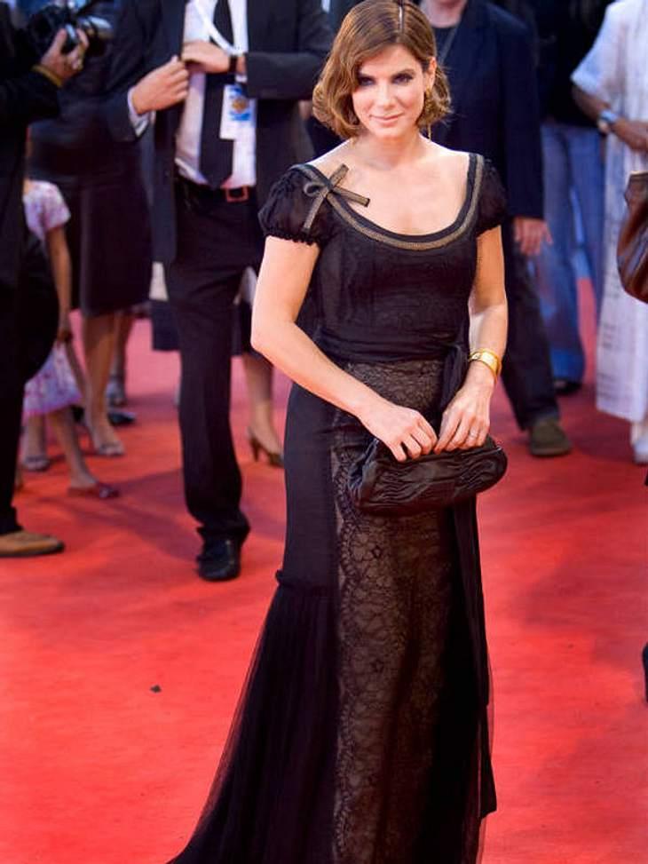 Hach, wie romantisch! Wie im schönen Schnulzenfilm zeigt sich Sandra Bullock im August 2006 mit Wasserwelle und düster-dunklem Spitzenkleid.