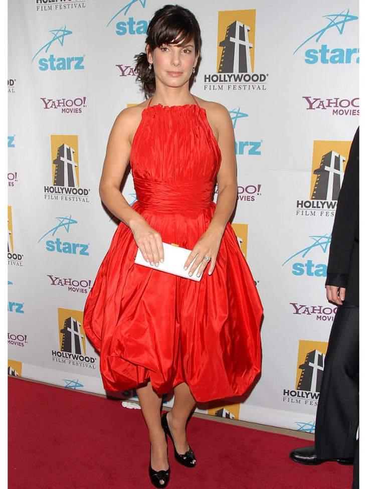 Im Oben-Gekreppt-Unten-Balon-Kleid stöckelt Sandra Bullock über den Teppich des Hollywood Film Festivals.