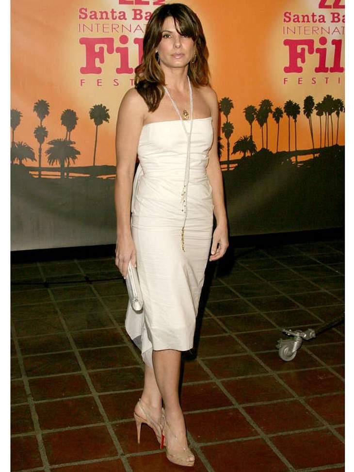 Plötzlich so ernst? Sandra Bullock gefällt ihr dünnes Schlips-Kettchen wohl ebenso wenig wie uns!