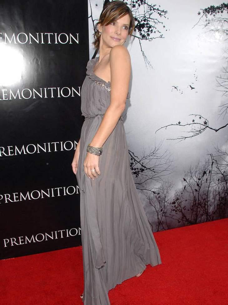 Im hübschen steingrauen One Shoulder-Dress zeigt sich Sandra Bullock 2007 bei einer Filmpremiere. Wie mögen diesen Graue Maus-Look!