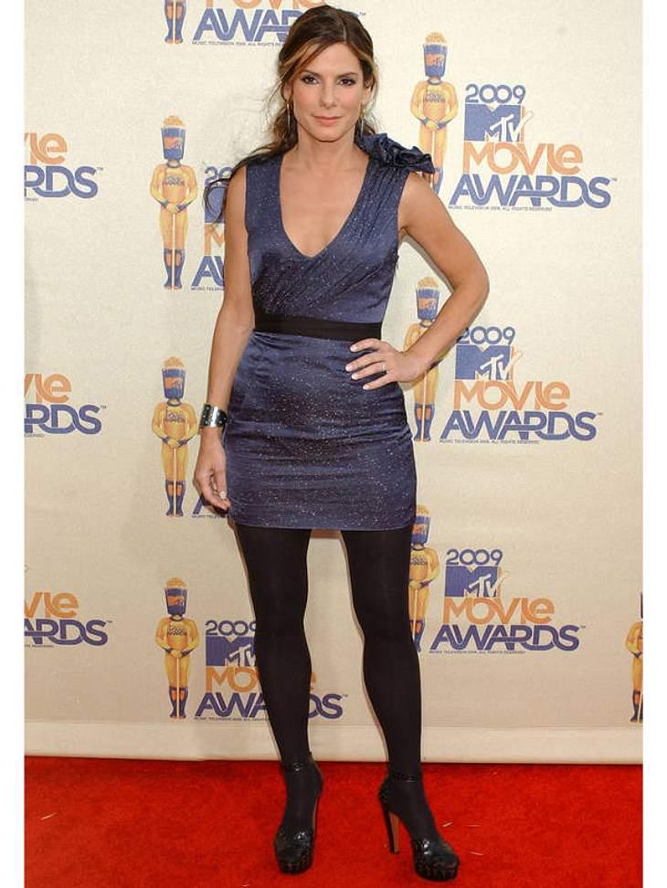 Disco-Queen: Sandra Bullock kommt im Ich-bin-die-Königin-der-Nacht-Kleid und sexy Plateau-Slingpumps zu den 2009er MTV Movie Awards.