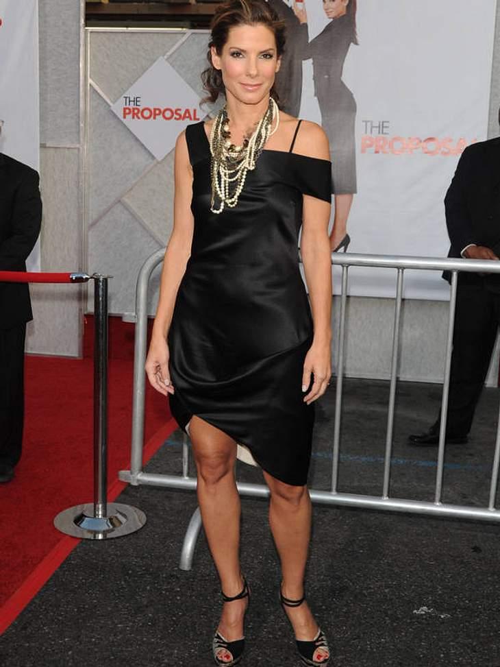 """Im asymmetrischen Schwarz und mit allerhand Behang präsentiert Sandra Bullock im Mai 2009 ihren Film """"Chefin zum Verlieben""""."""