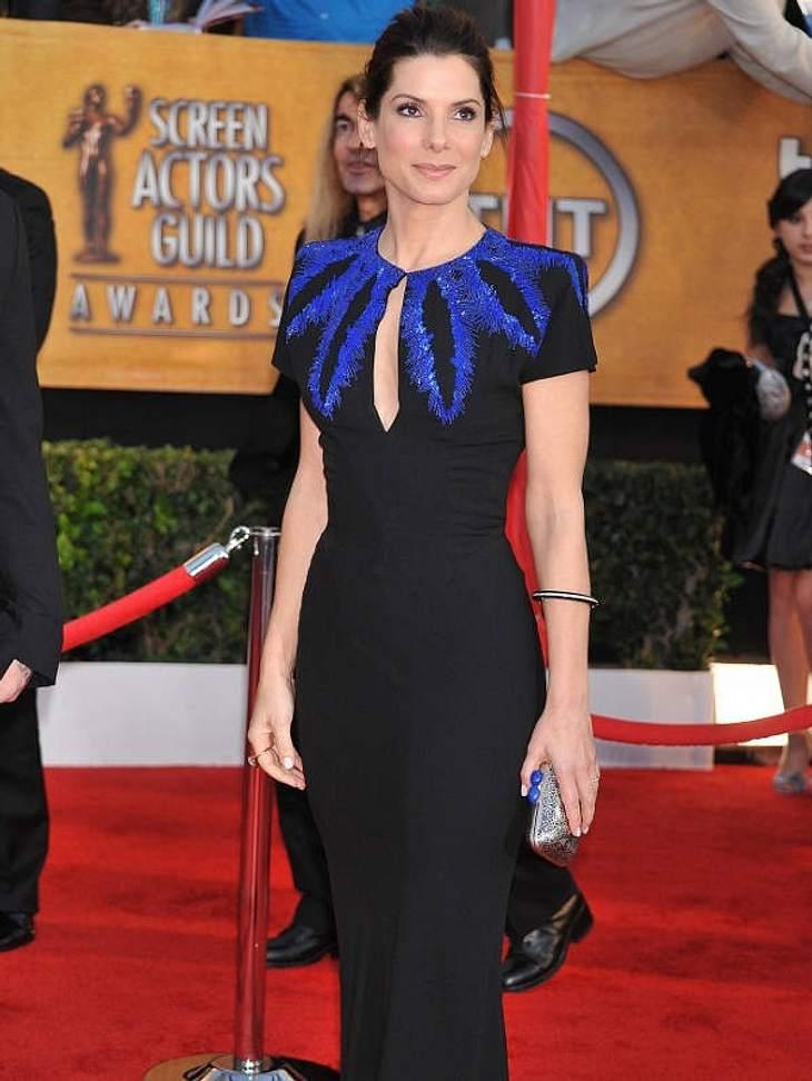 Etwas steif auf dem Red Carpet der Screen Actors Guild Awards. Vielleicht das Kleid einfach mal eine Nummer größer kaufen, dann fällt das Durchatmen leichter!