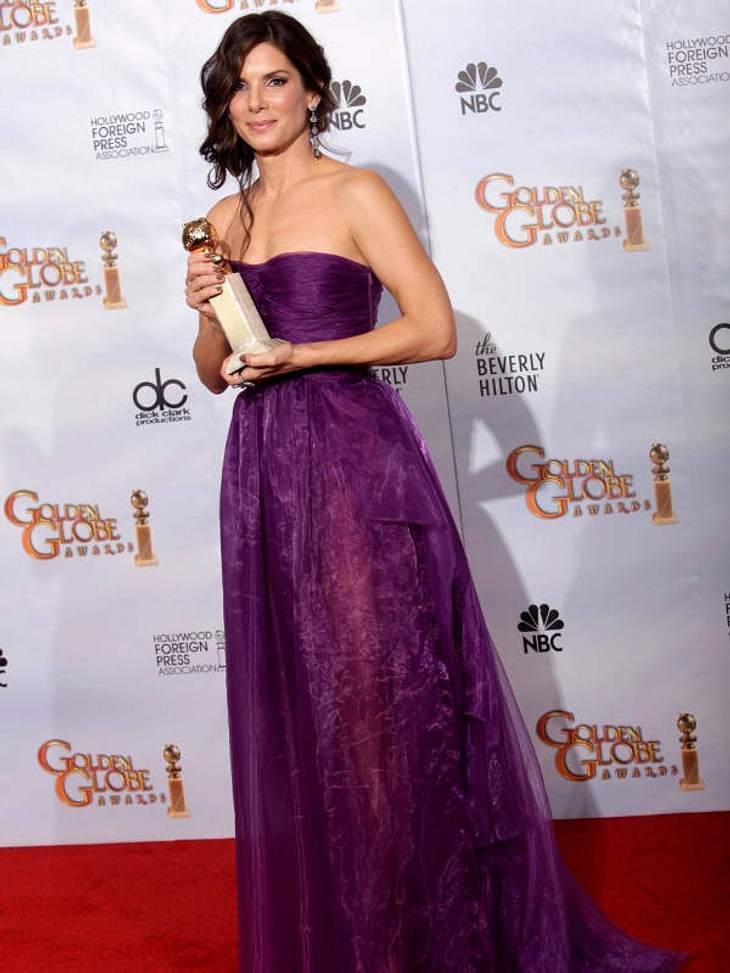 Bottega Veneta hüllt die Schaupsielerin in eine halbtransparente Violett-Robe.
