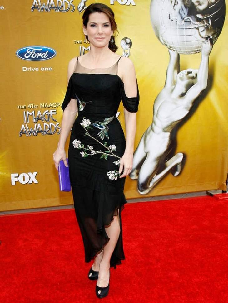 Da war der Stylist wohl schon im Urlaub! Sandra Bullock im Kolibri-Albtraum.