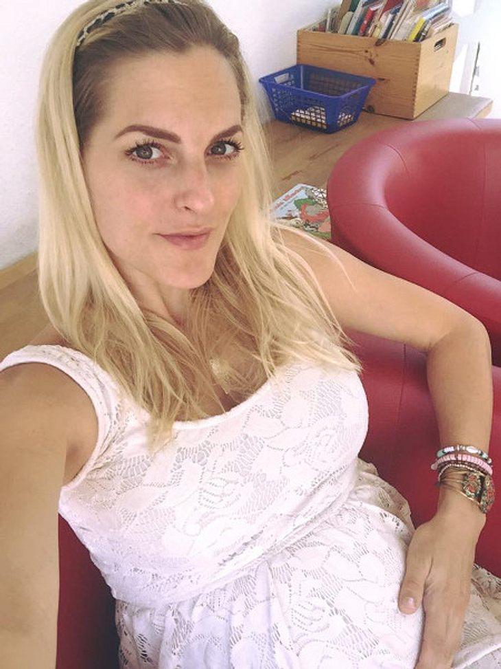 Sandy Mölling zeigt ihren Bauch.