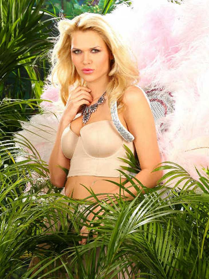 Sara Kulka lästert vor dem Dschungelcamp.
