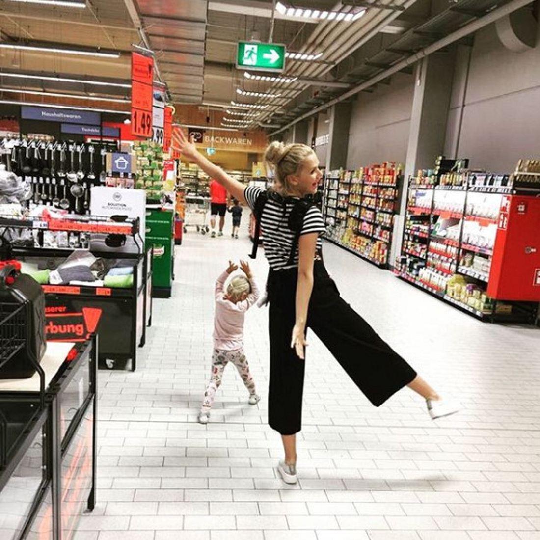 Sara Kulka geht auch mal abends mit den Kids shoppen