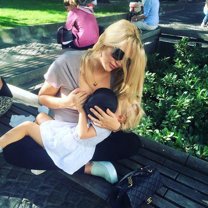 Sara Kulka stillt ihre Tochter