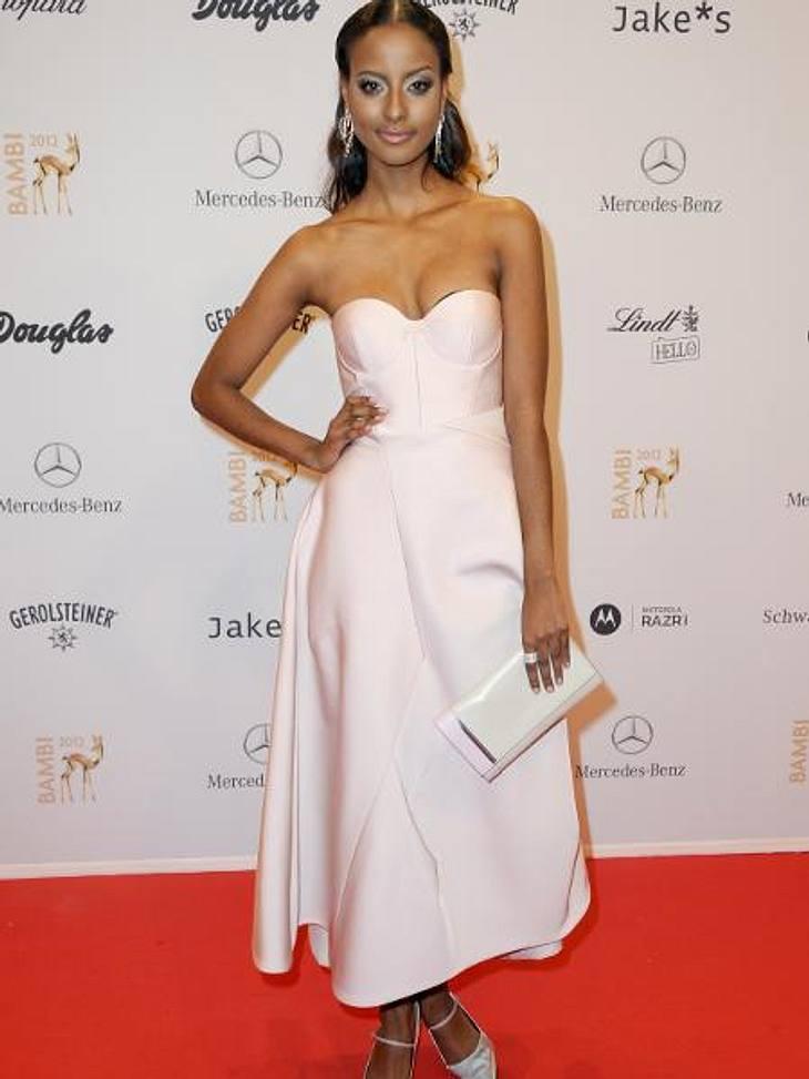 Bambi 2012 - Die Looks der StarsSara Nuru (23) glänzte in einem zarten Satin-Kleid in Pastell.