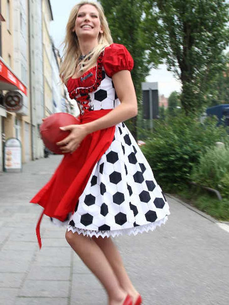 Stars beim OktoberfestModel Sarah Brandner hat das passende Dirndl zum Freund und Fußballer Sebastian Schweinsteiger: Rock in Balloptik - ein echter Volltreffer!