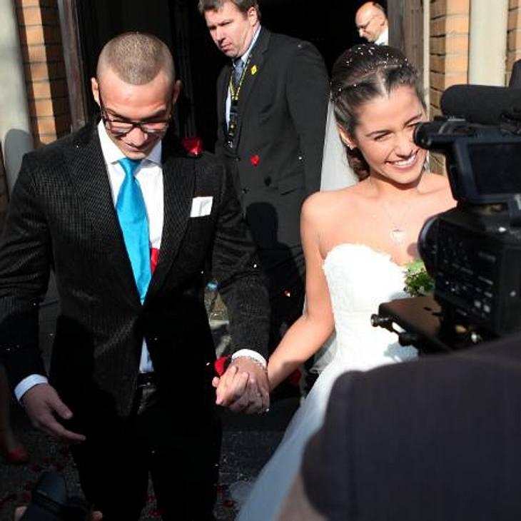 Sarah & Pietro Lombardi: Stylishes BrautpaarPietro trug statt seiner obligatorischen Kappe die Haare raspelkurz, Sarah trug ein romantisches schulterfreies Brautkleid und einen langen Schleier.