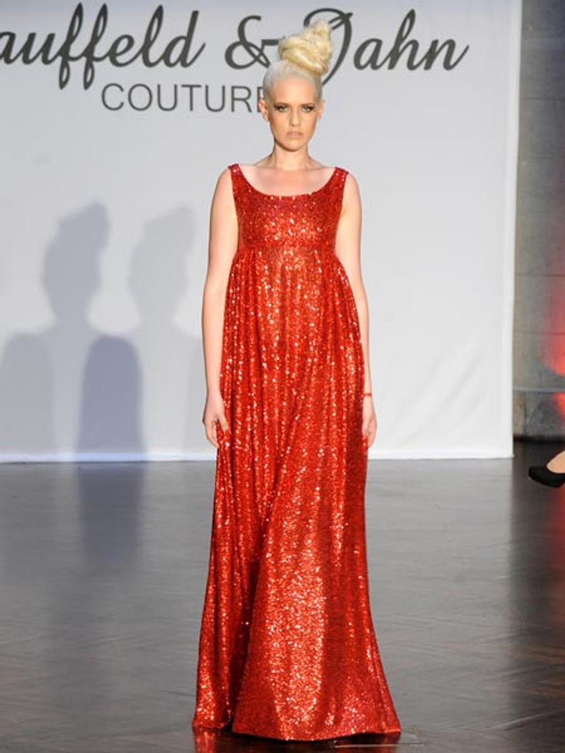 Sarah Knappik läuft auf der Fashion Week in Berlin