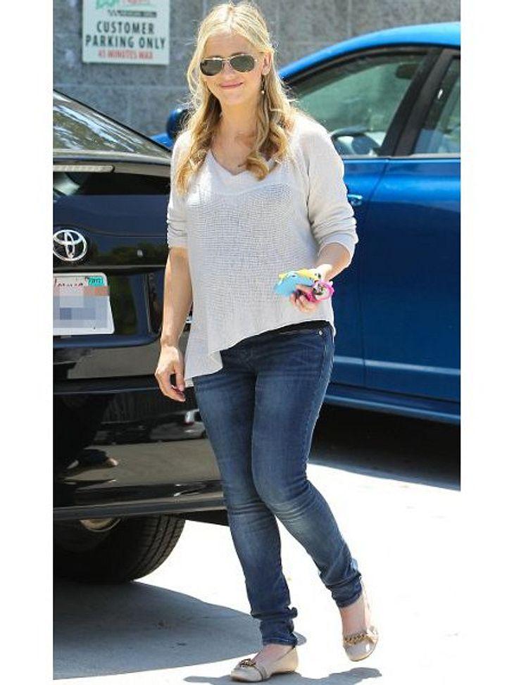 Stars im SchlabberlookSarah Michelle Gellar (35) verzichtet in ihrer Schwangerschaft ganz auf einen gepflegten Look. Unförmige Pullis, Jeans und ungeschminkt sind Tagesordnung.
