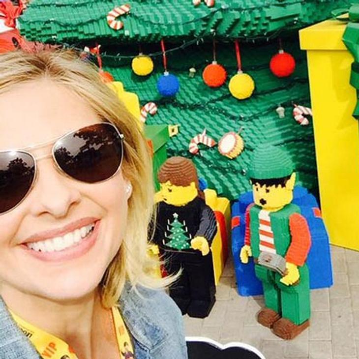 Sarah Michelle Gellar bringt sich im Legoland in Weihnachtsstimmung.