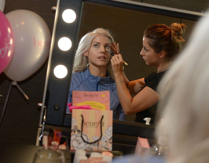Sarah Nowak in der Benefit-Beauty-Lounge