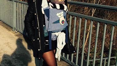 Hot Mama: Sarah Engels trägt Baby Alessio spazieren - Foto: Facebook / Sarah Engels