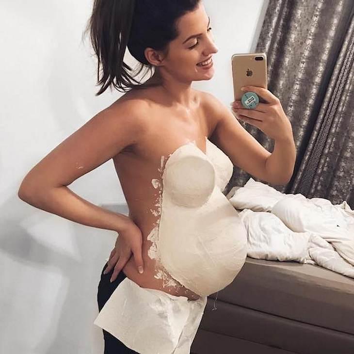 Süße Gips-Kugel: Sarah Nowak verewigt ihren XXL-Babybauch