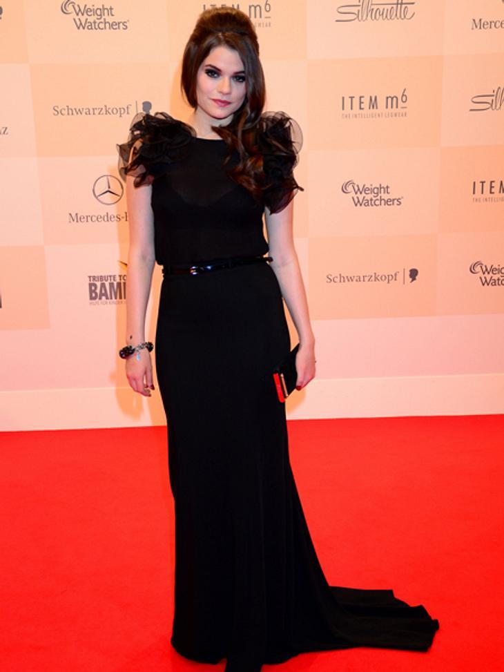 Tribute to Bambi 2012 - Der Look der StarsSängerin Schmidt (22) machte ihrem Femme-fatale-Image in diesem dramatischen schwarzen Kleid alle Ehre.