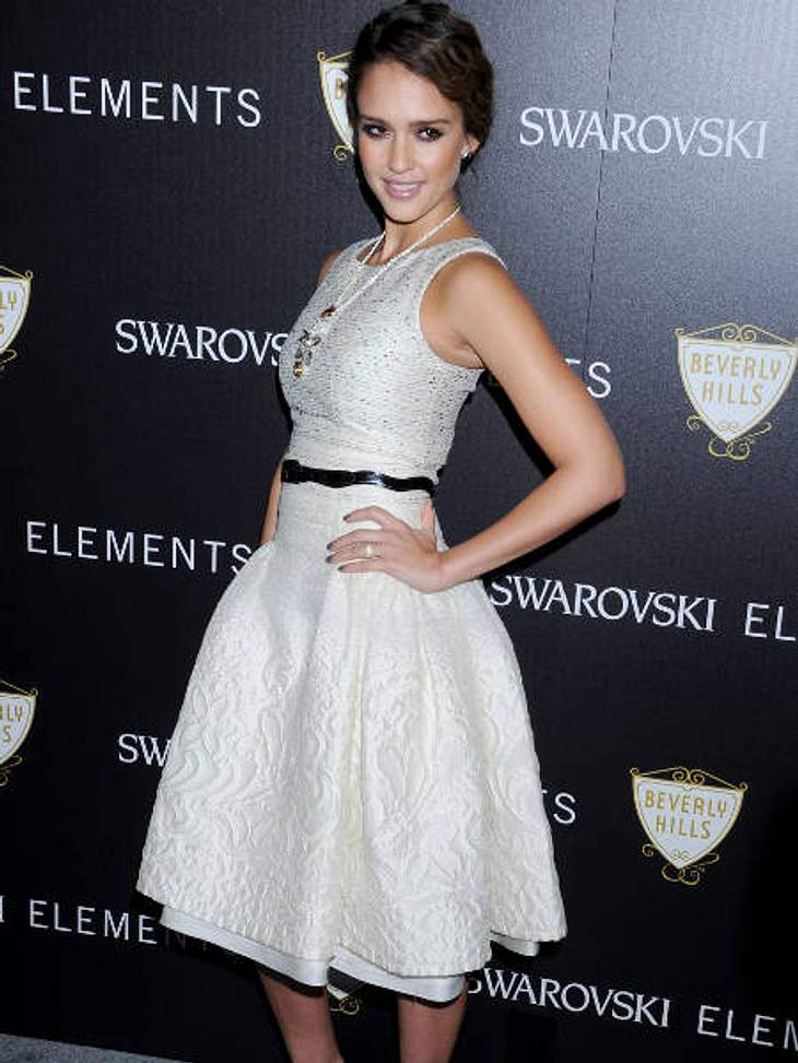 "Schneekönigin: Weiße Kleider auf dem roten TeppichBei der ""Swarovski Elements and Rodeo Drive Lighting Ceremony"" glänzte Jessica Alba in einem weißen Ensemble."