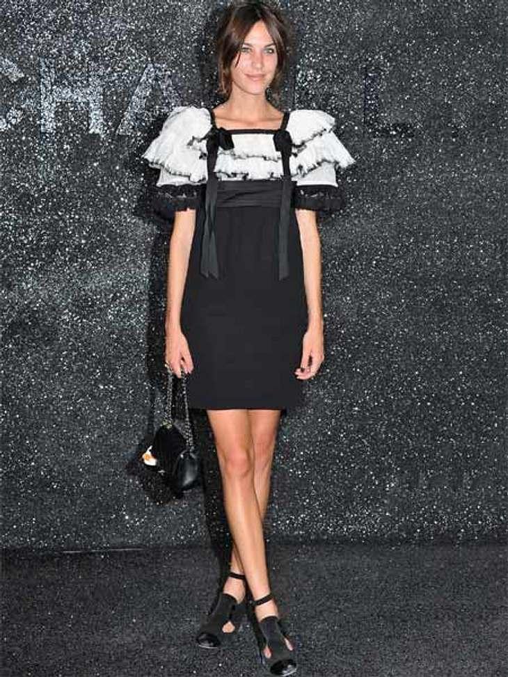 Stars lieben den Schwarz-weiß-TrendChanel steht seit jeher für den klassischen Schwarz-weiß-Look. Trend-Girl Alexa Chung setzt den Style bei der Show des Labels vorbildlich um.