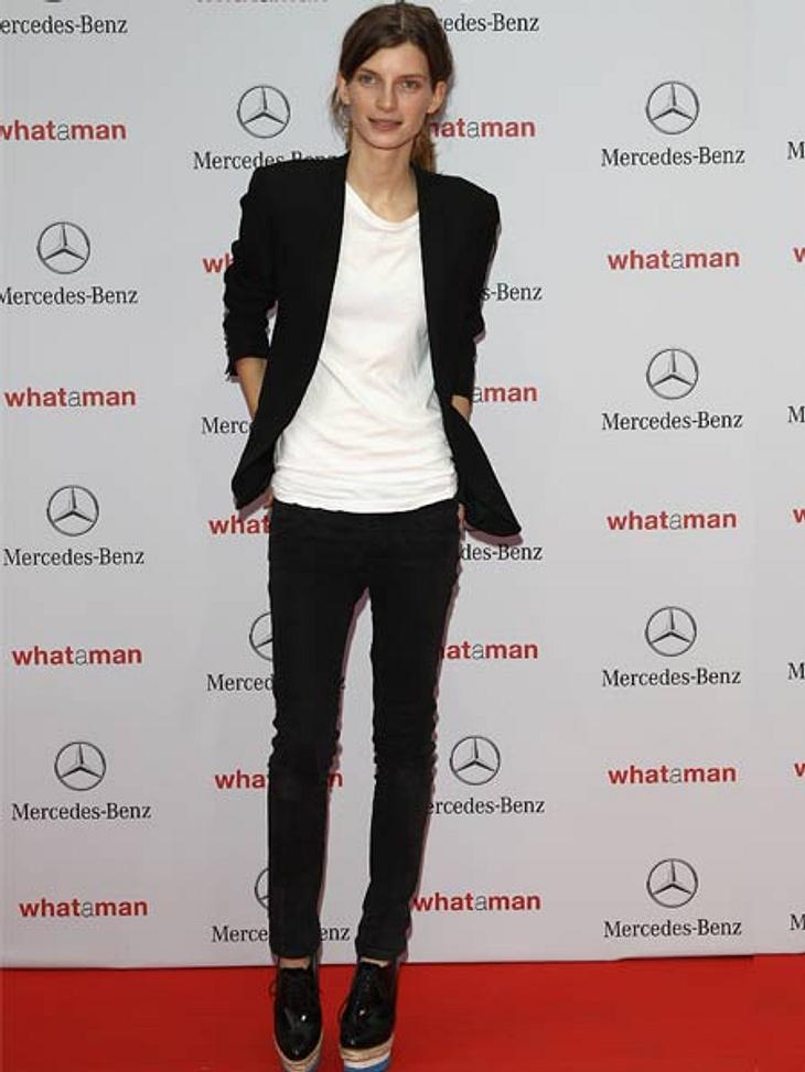 Stars lieben den Schwarz-weiß-TrendUnser deutsches Topmodel Luca Gadjus reduziert ihr simples Blazer-Shirt-Jeans-Styling mit den It-Plateaus von Prada.
