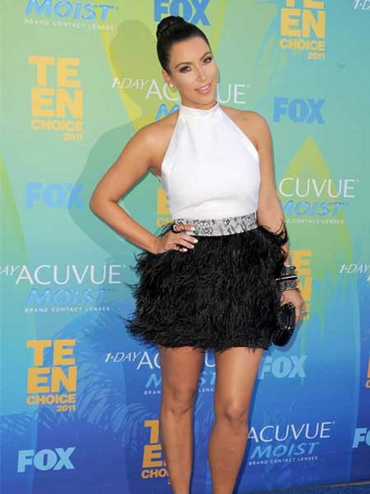 Stars lieben den Schwarz-weiß-TrendKim Kardashian in einem kurzen schwarz-weißen Kleid mit Federbesatz. Sexy, sogar das Beauty-Styling wird konsequent in weiß (Nagellack) und schwarz (Smokey-Eyes) durchgezogen!