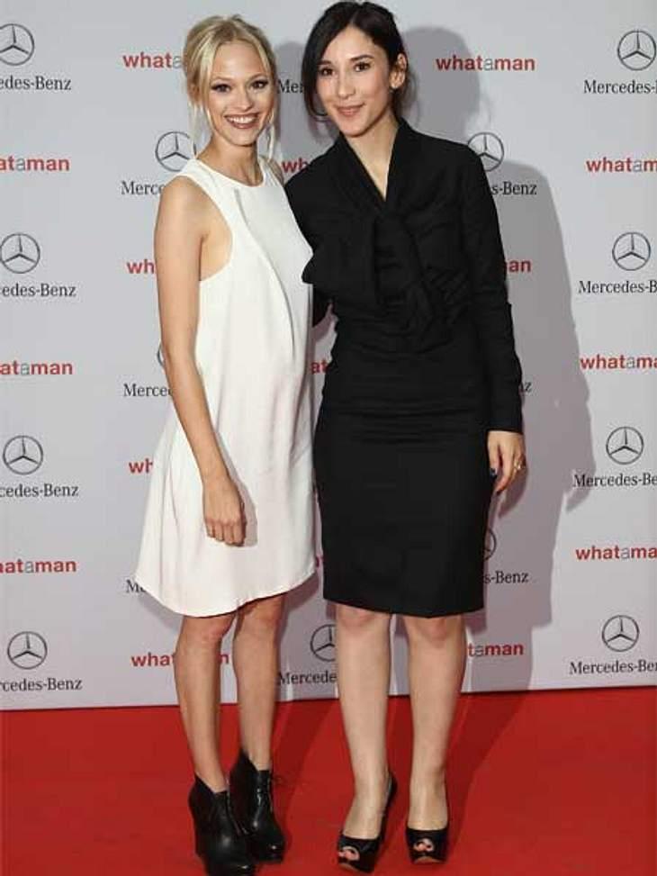 """Stars lieben den Schwarz-weiß-TrendMavie Hörbiger in einem weißen Kleid mit derben schwarzen Wedges und Sibel Kekilli in einem geschlossenen, eleganten schwarzen Kleid bei der """"What a Man""""-Premiere."""