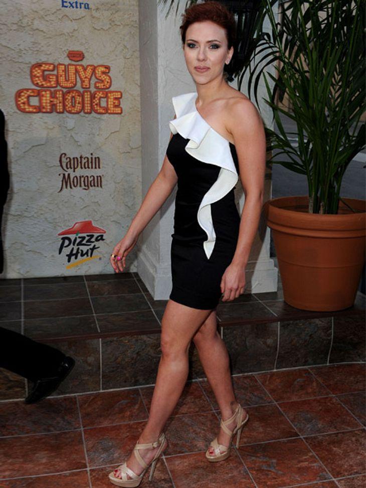 Stars lieben den Schwarz-weiß-TrendScarlett Johansson kombiniert ihren kurzen Schwarz-weiß-Mini mit nudefarbenen Sling-Pumps.