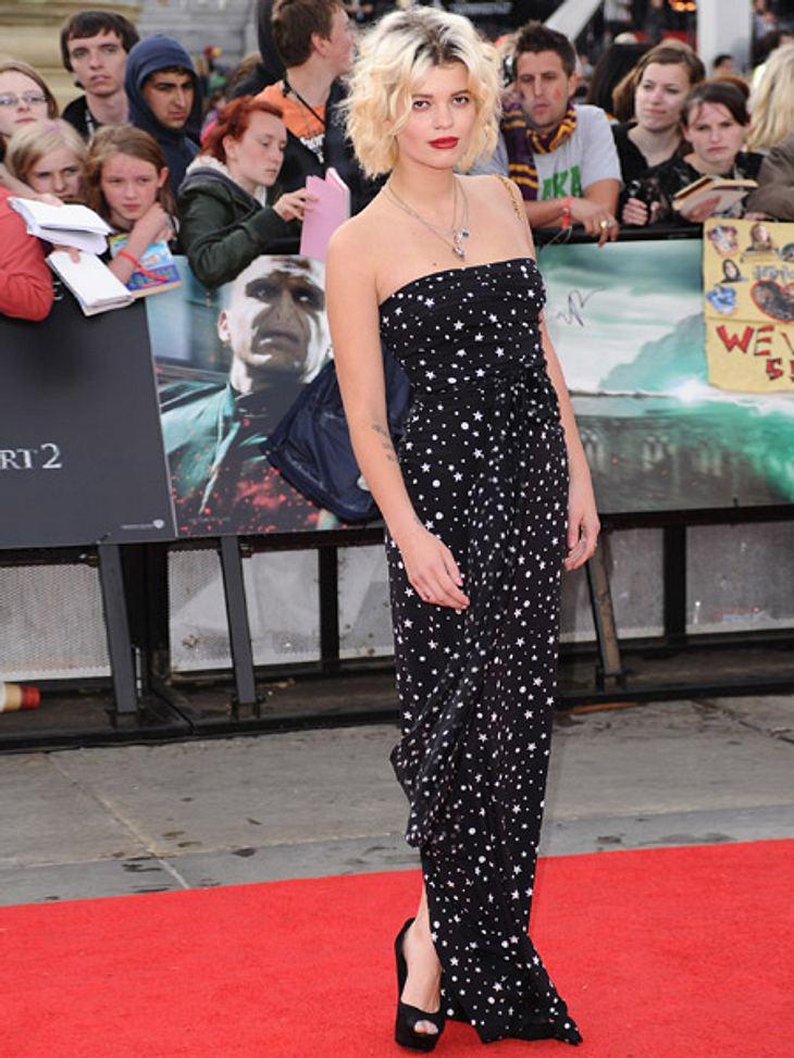 Stars lieben den Schwarz-weiß-TrendPixie Geldof trägt zum Bandeaukleid mit Sternchen-Print knallroten Lippenstift und Wuschelmähne.