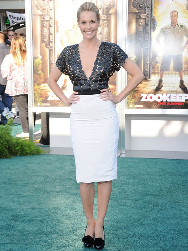 Stars lieben den Schwarz-weiß-TrendSchauspielerin Leslie Bibb präsentiert ihr Schwarz-weiß-Kleid mit stolzer Pose. Das Plättchen-Top mit XL-Ausschnitt wirkt toll zum knielangen Pencilskirt.
