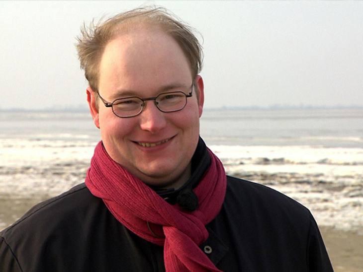 Schwiegertochter gesucht 2013 - Timo (31)Bestatter Timo liebt das Leben - ganz egal, was sein Beruf vermuten lässt. Er will kein dürres Mädchen, er sucht nach einer richtigen Frau, mit der er im Herzen der norddeutschen Tiefebene eine Famil