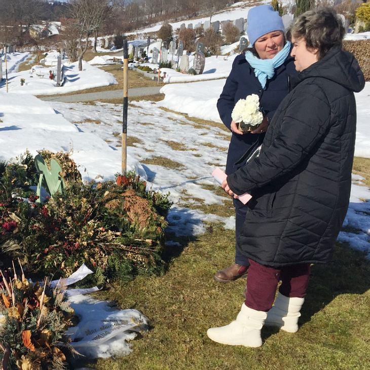 Beate besucht das Grab ihrer Mutter