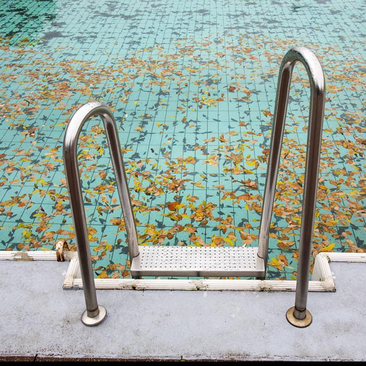 Potsdam: Frau (39) stirbt im Schwimmbad - Kripo ermittelt!