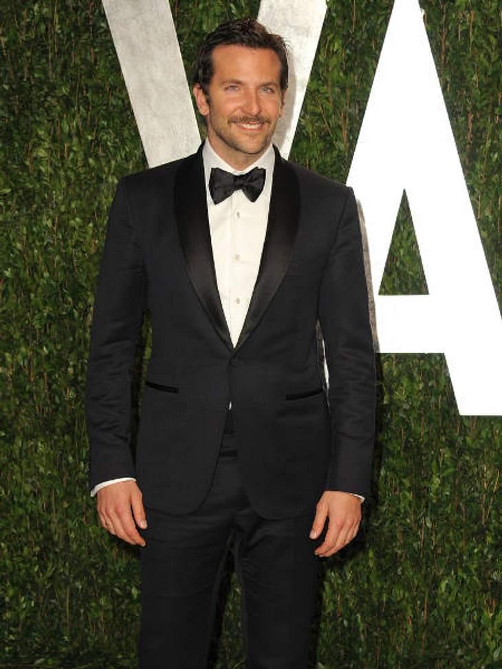 Mädels aufgepasst: Diese Promis sind angeblich schwul,Ja, es gibt das Gerücht! Ausgerechnet Bradley Cooper (37), dem coolsten Typen Hollywoods wird nachgesagt, er sei schwul. Angeblich soll er seinen Schauspiel-Kollegen Victor Garber (63) g