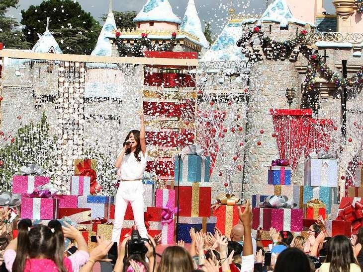 """""""Camp Rock""""-Star  Selena Gomez trat bei der Christmas Day Parade im Disneyland in Anaheim (Kalifornien) auf. Da war es natürlich schön warm."""