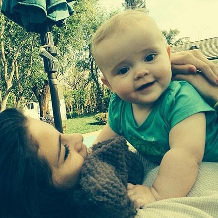 Selena Gomez knuddelt mit ihrer Baby-Schwester.