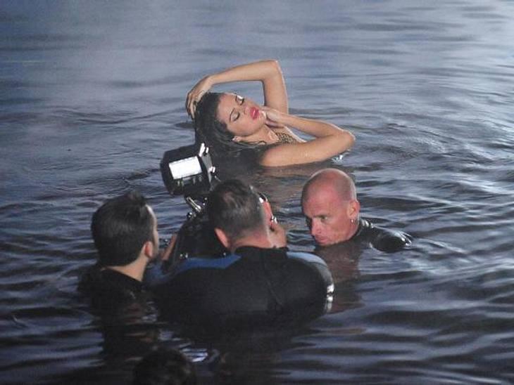 """Wow! So sexy kennen wir Selena Gomez (20) ja gar nicht! Für ihr neues Musik-Video zu """"Come & Get It"""" posiert die Sängerin ganz lasziv im Meer."""