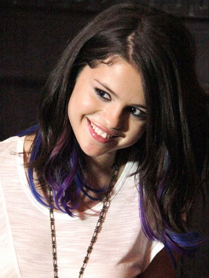 Buntlöckchen - Die Stars setzen auf bunte HaareSelena Gomez (20) mochte es nicht so auffällig und entschied sich nur für einzelne violette und blaue Strähnchen.