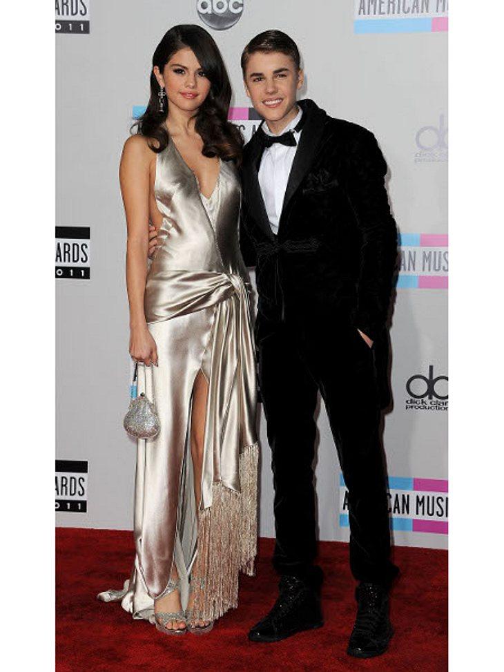 Promi-Paare und ihre Fake-BeziehungenDas wohl süßeste Pärchen, das Hollywood zu bieten hat: Justin Bieber (18) und Selena Gomez (21) knutschen sich seit Monaten durch L.A. und halten brav Händchen auf dem roten Teppich. Kein Wunder, dass be