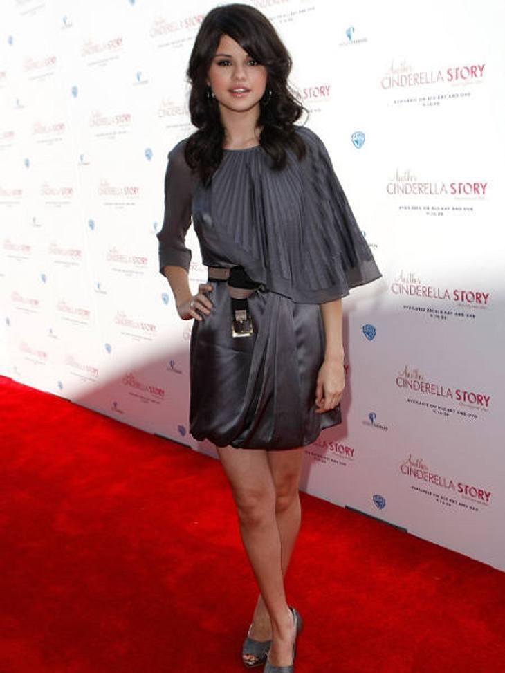 Der Look von Selena Gomez,Ein asymmetrisches graues Kleid, den Gürtel vorne locker geknotet - cool!