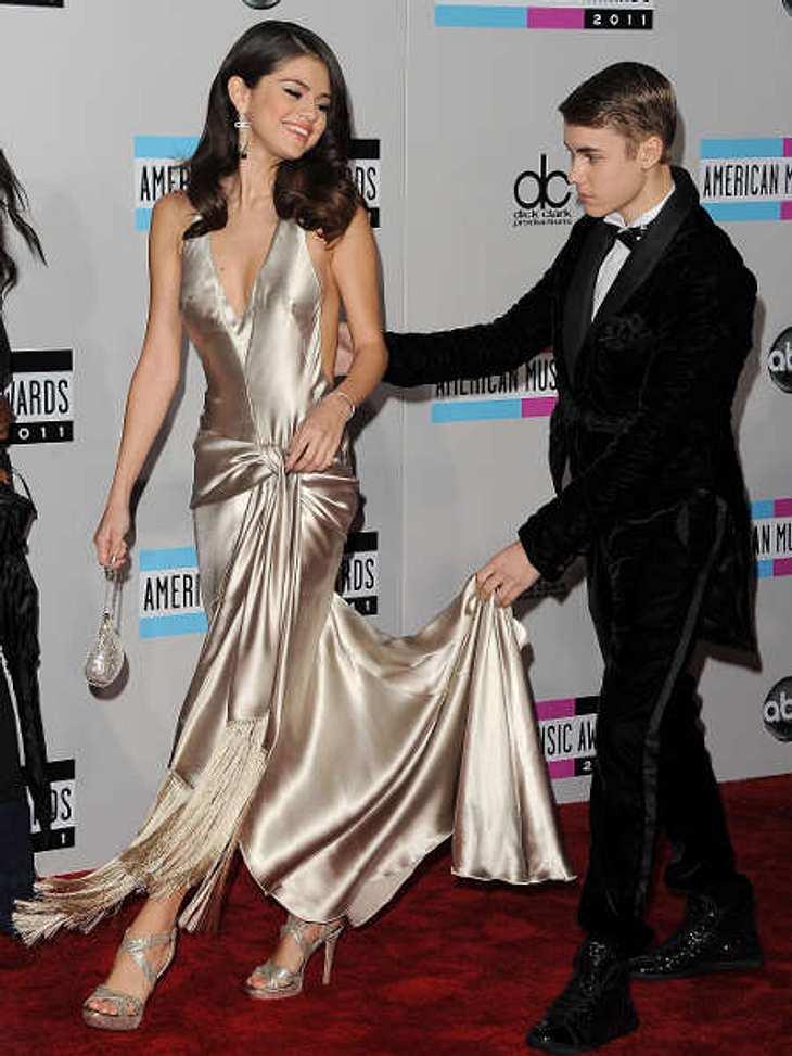 Der Look von Selena Gomez,Unpraktische Kleider, die toll aussehen, in denen man sich aber nicht bewegen kann, findet man bei Selena Gomez eher selten. Und wenn dann doch mal Stolpergefahr besteht, hat sie ja einen Gentleman dabei, der ihr b