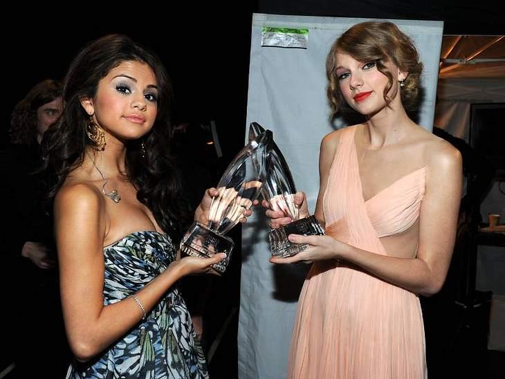 """People's Choice Awards 2011Stolz präsentieren auch  Selena Gomez und  Taylor Swift ihre Preise. Selena wurde mit ihrer Band """"The Scene"""" beliebtester Breakout-Artist und Taylor Swift bekam den Preis als beliebtester Country-Künstle"""