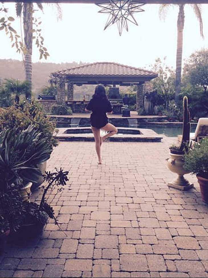 Selena Gomez: Yoga in Unterwäsche
