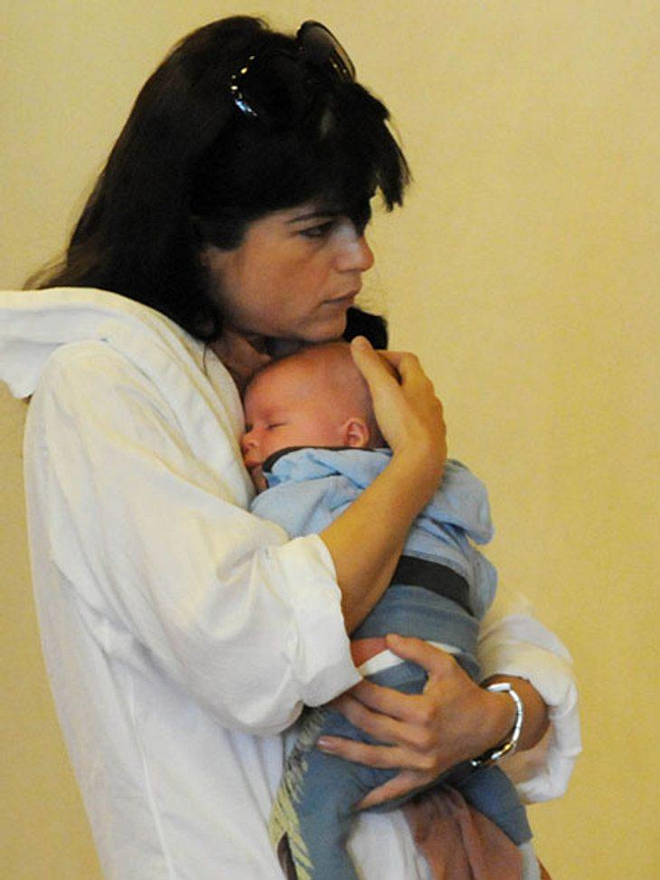 Selma Blair kuschelt sich in Venedig an ihren kleinen Sohn Arthur. Ganz öffentlich präsentiert sie ihren Spross vor den Fotografen und zeigt wie groß ihre Mutterliebe ist ...