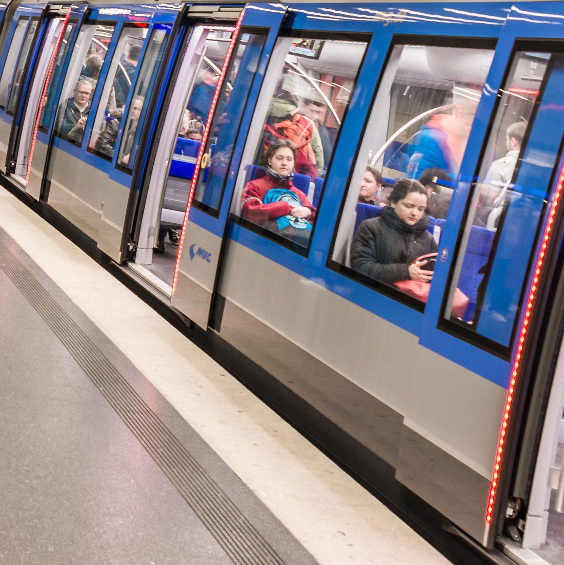 Paar hat Sex in Münchner U-Bahn