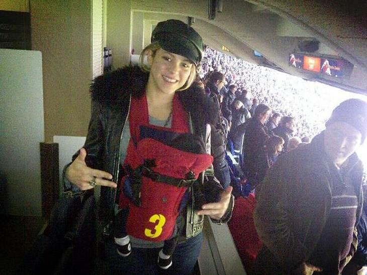 Früh übt sich... Der kleine Milan ist gerade mal ein paar Wochen alt - und schon geht's mit Mama Shakira ins Fußballstadion, um Papa Gerard Piqué beim Spiel zuzuschauen.